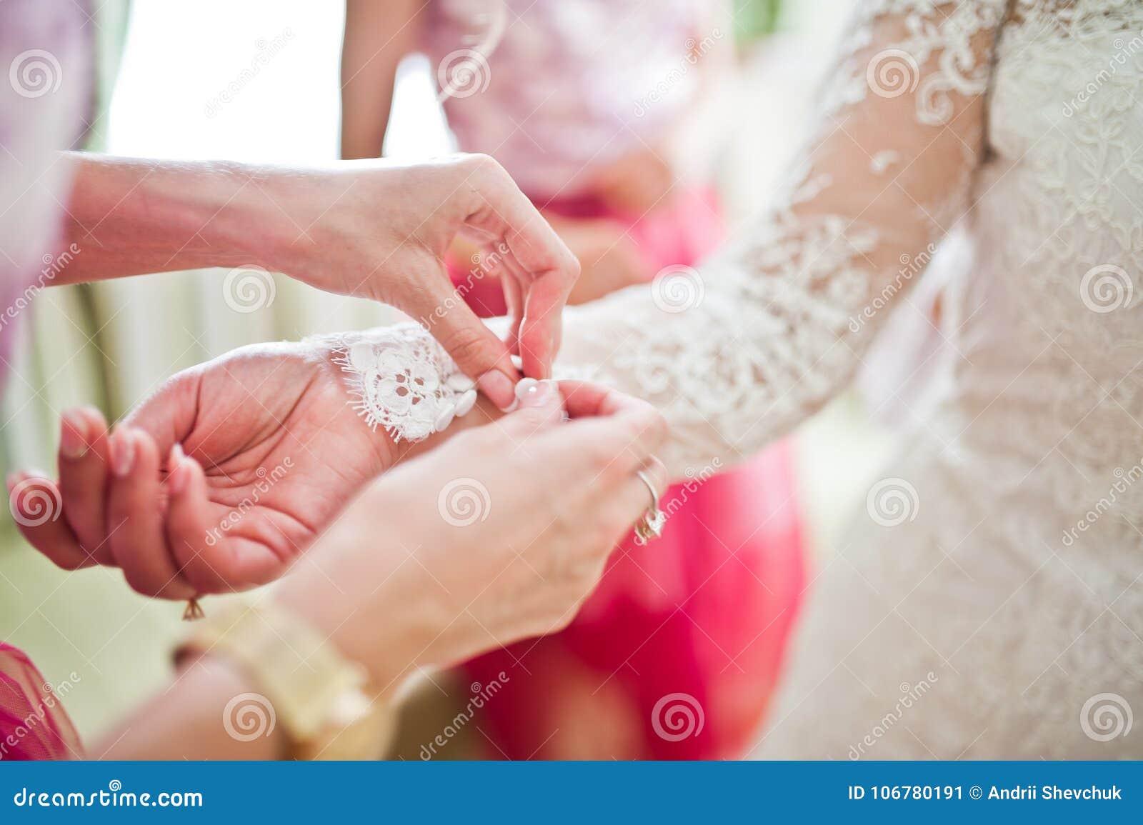 As Damas De Honra Bonitas Que Amarram Nós No ` S Da Noiva Cuffs ...