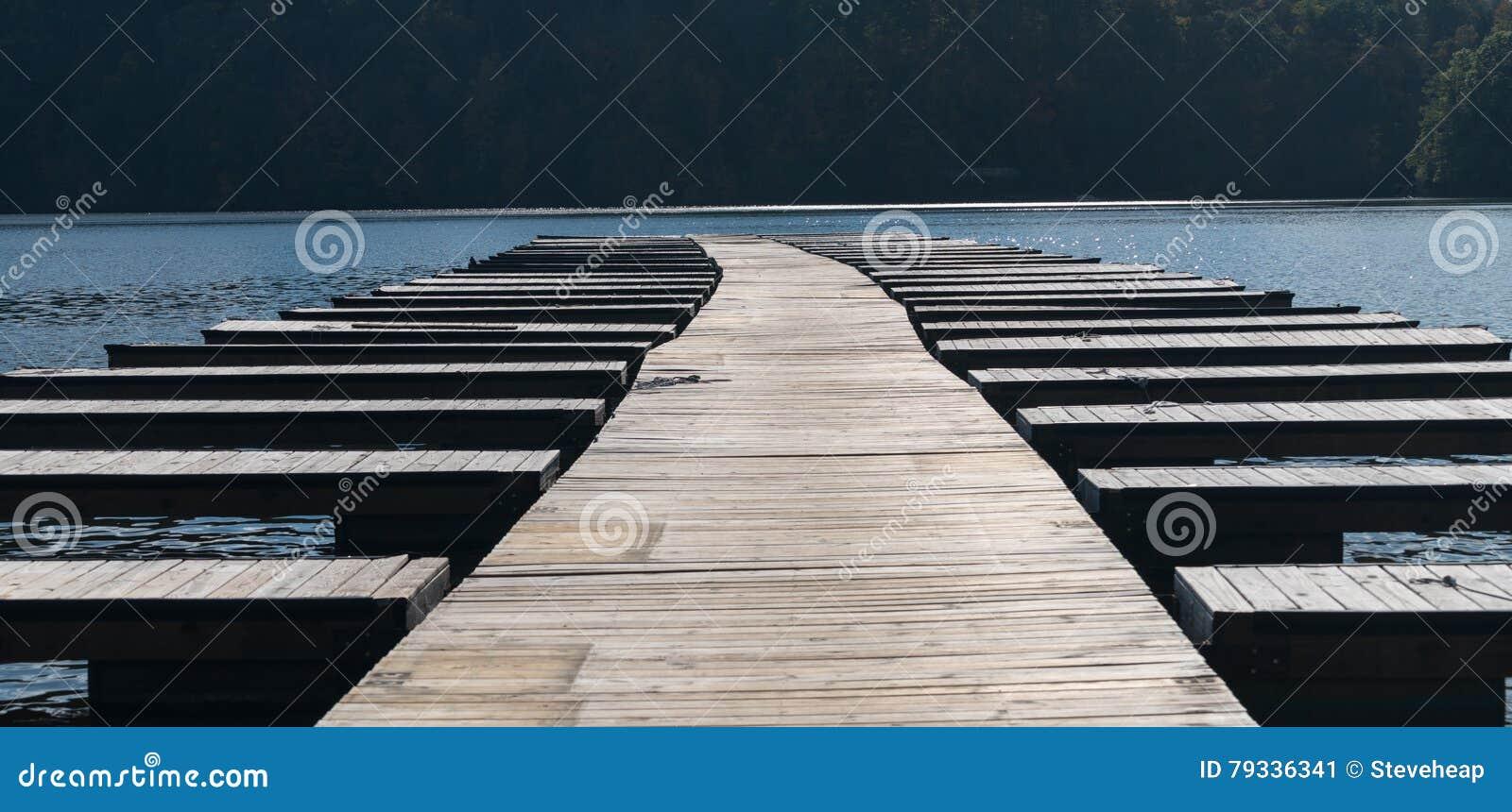 As docas vazias e as amarrações do barco após barcos são removidas