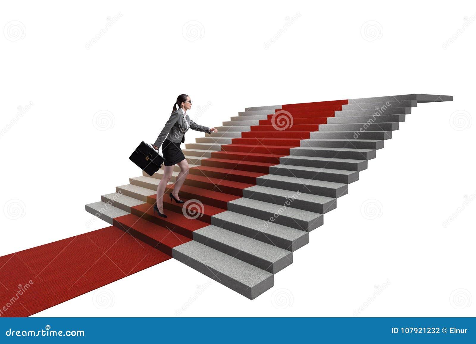 As escadas de escalada da mulher de negócios nova e o tapete vermelho