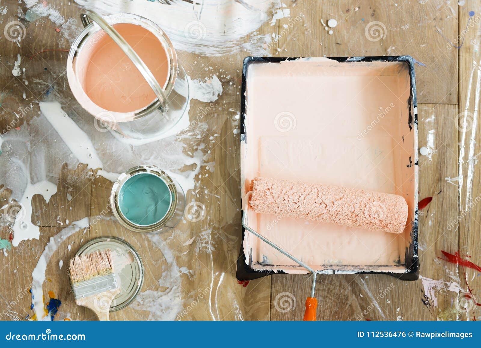As escovas e as cores de pintura dirigem o conceito da renovação