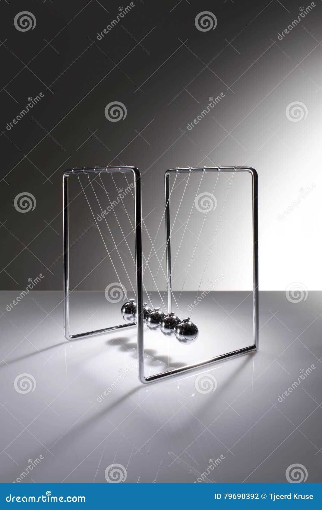As esferas de equilíbrio de Chrome sabem como Newton& x27; berço de s