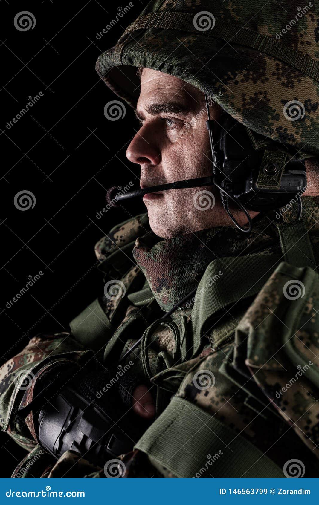 For?as especiais do soldado com o rifle no fundo escuro