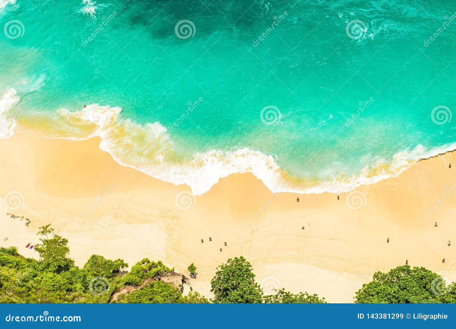 As férias de verão da água do mar da praia da areia viajam fundo