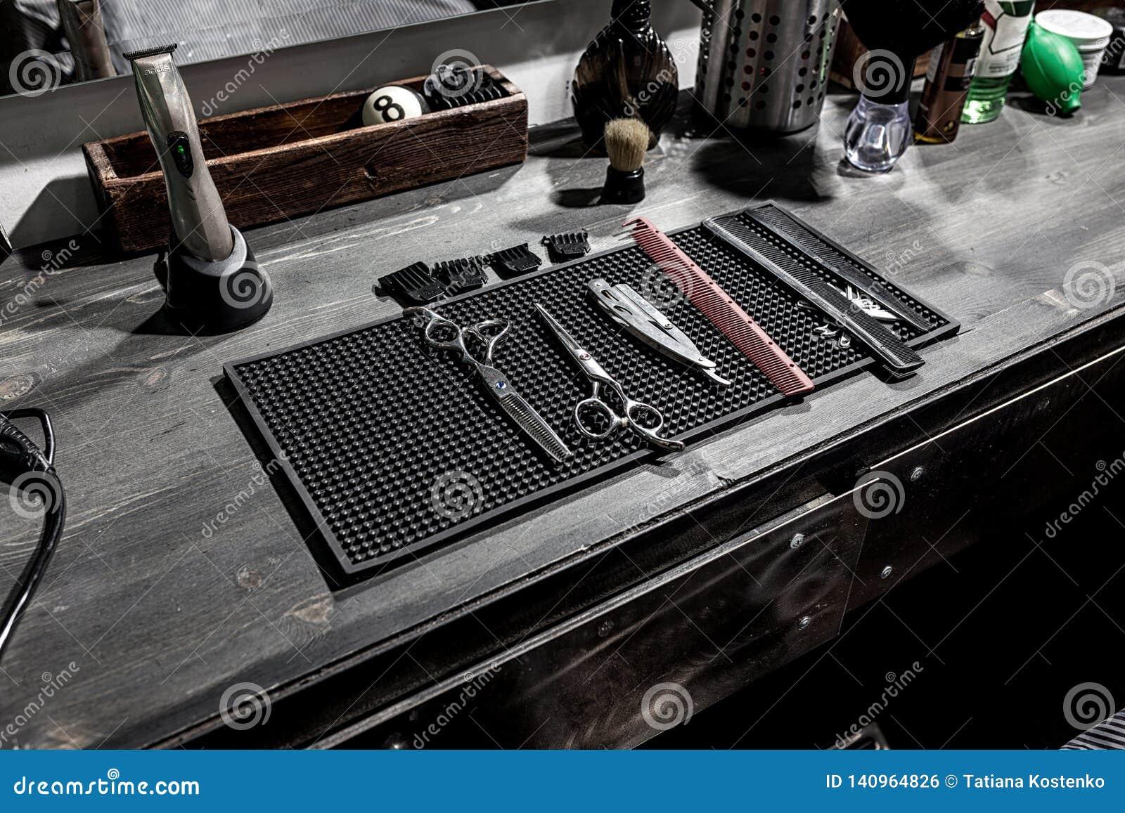 As ferramentas da mentira do barbeiro em uma esteira preta no desktop
