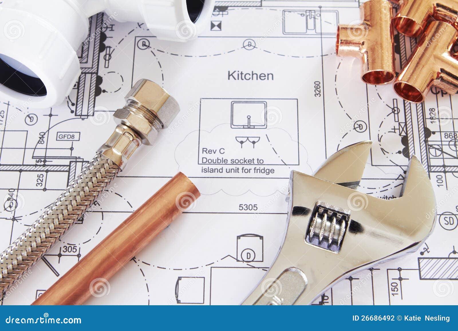 As ferramentas do encanamento arranjaram em plantas da casa