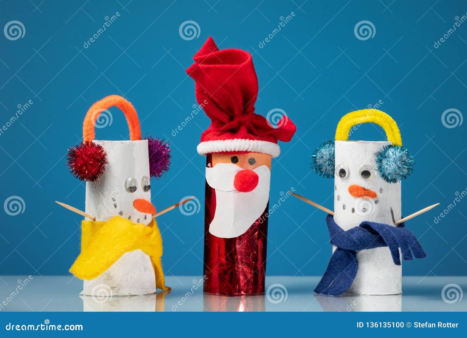 As Figuras De Dois Bonecos De Neve E De Santa Claus Fizeram De Rolos