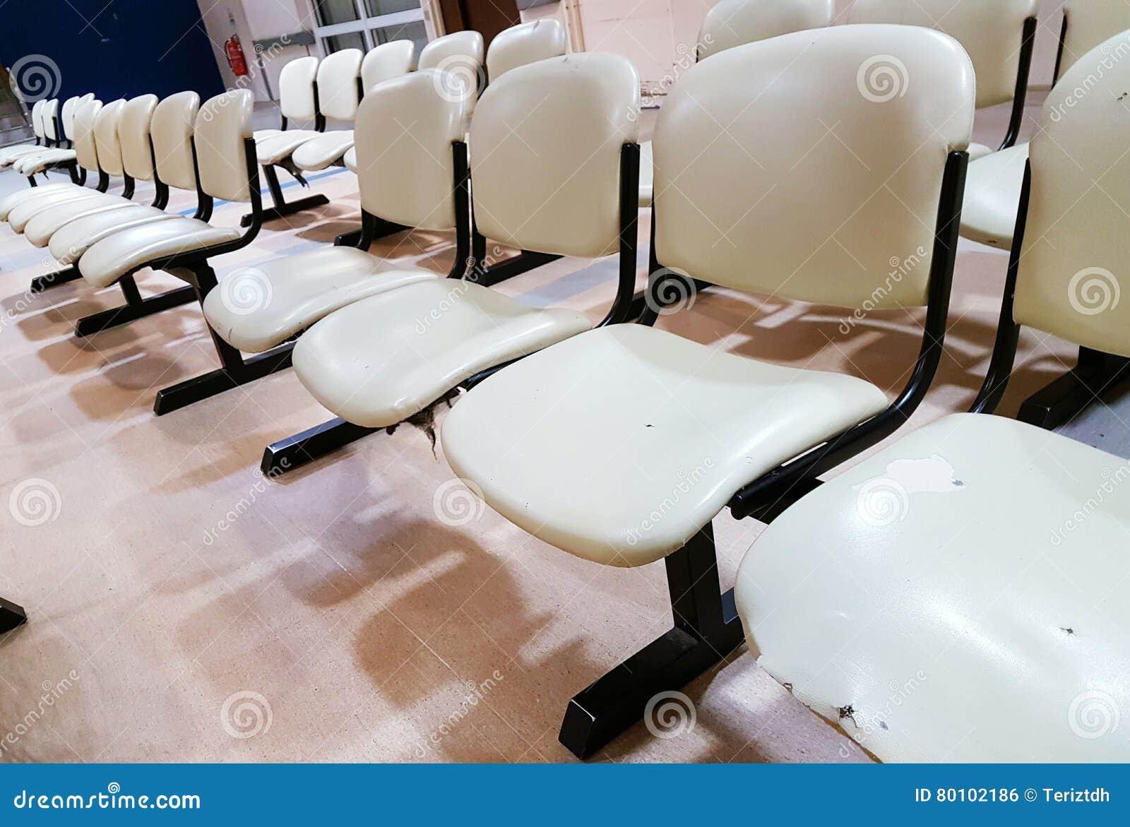 As fileiras vazias do assento bench na área de espera pública