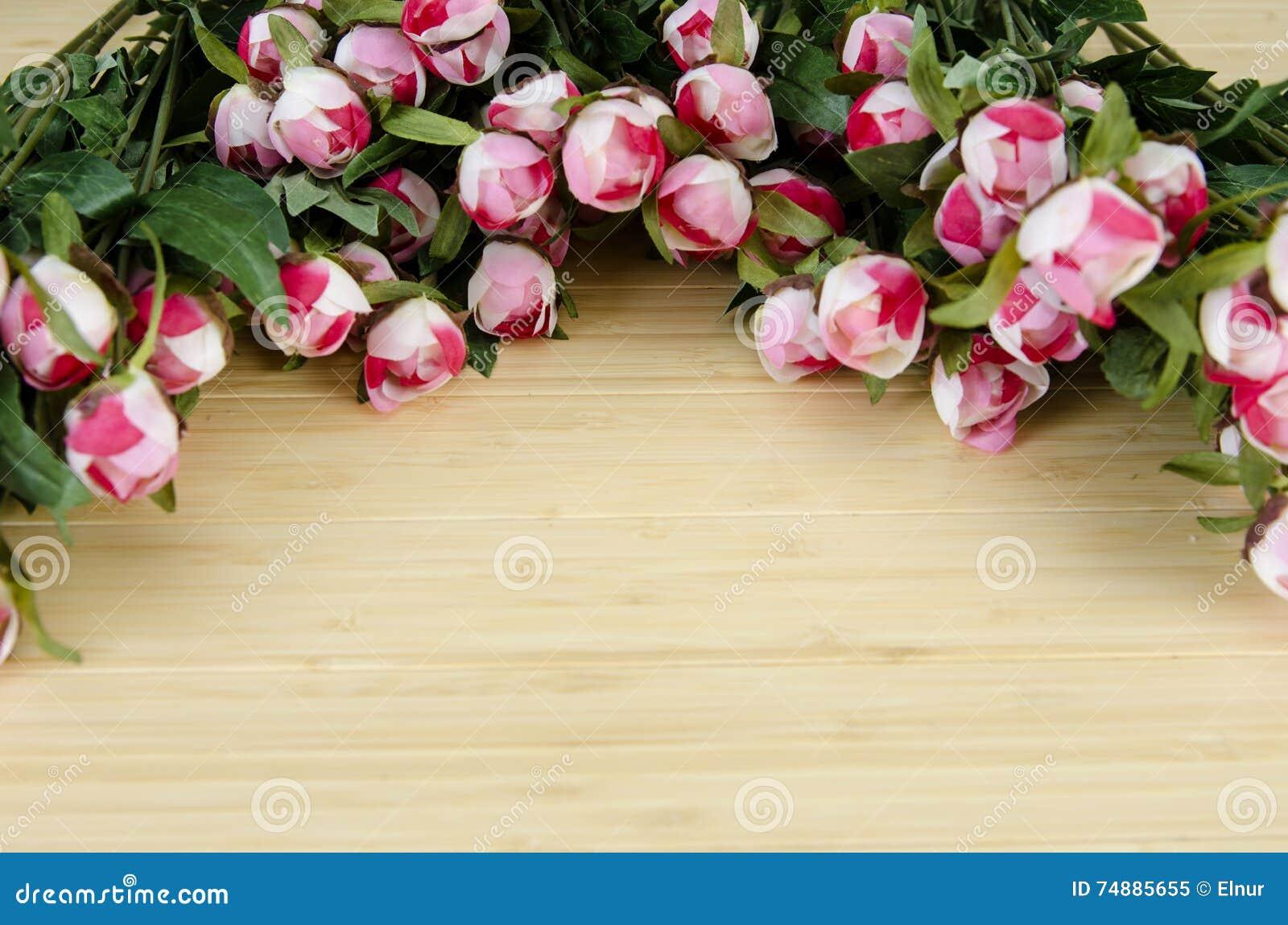 As flores da rosa arranjaram com copyspace para seu texto