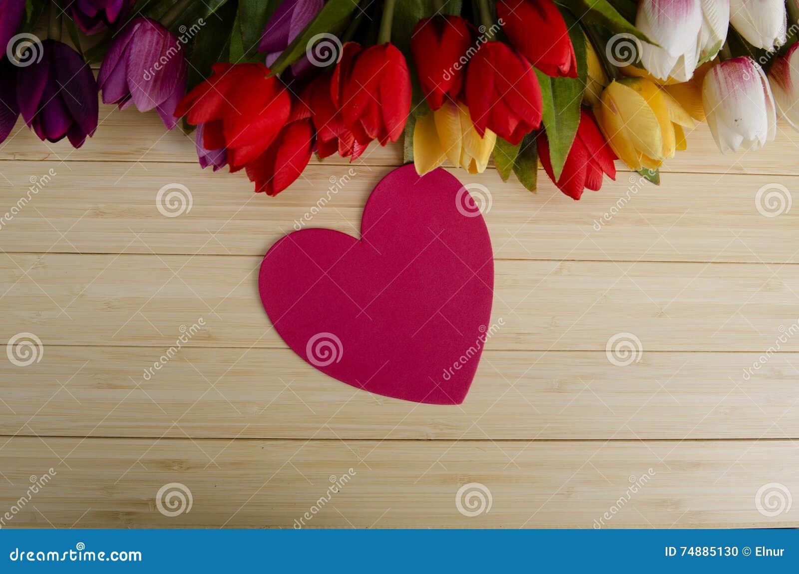 As flores das tulipas arranjaram com copyspace para seu texto