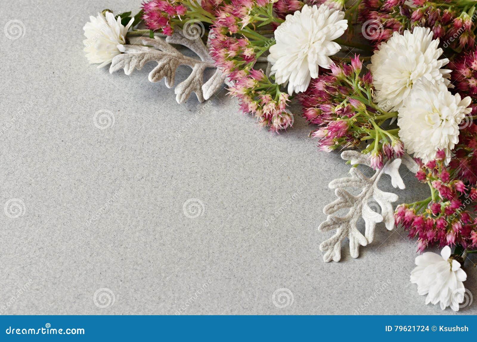 As flores encurralam no papel cinzento