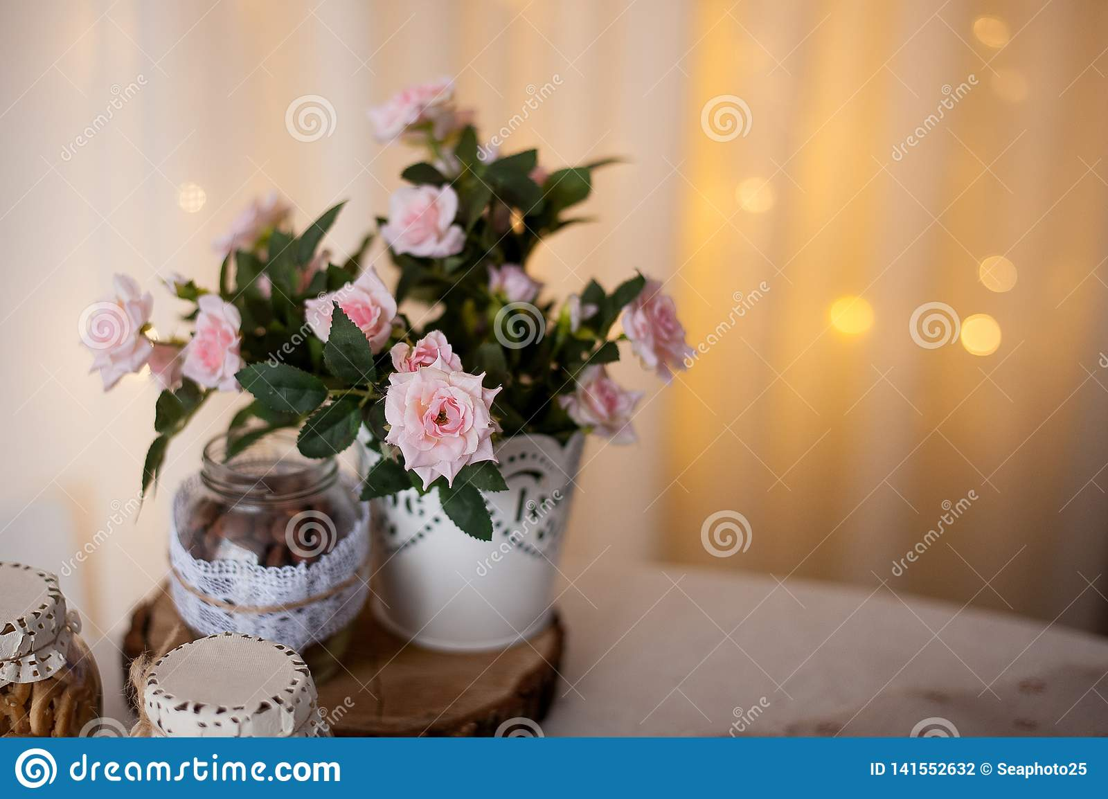 As flores espetaculares da mola misturam a jardinagem do recipiente