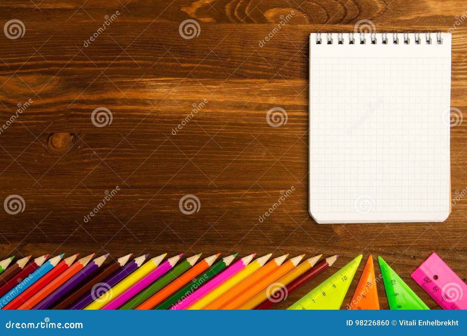 As fontes de escola escrevem, encerram, a régua, triângulo no CCB do quadro-negro