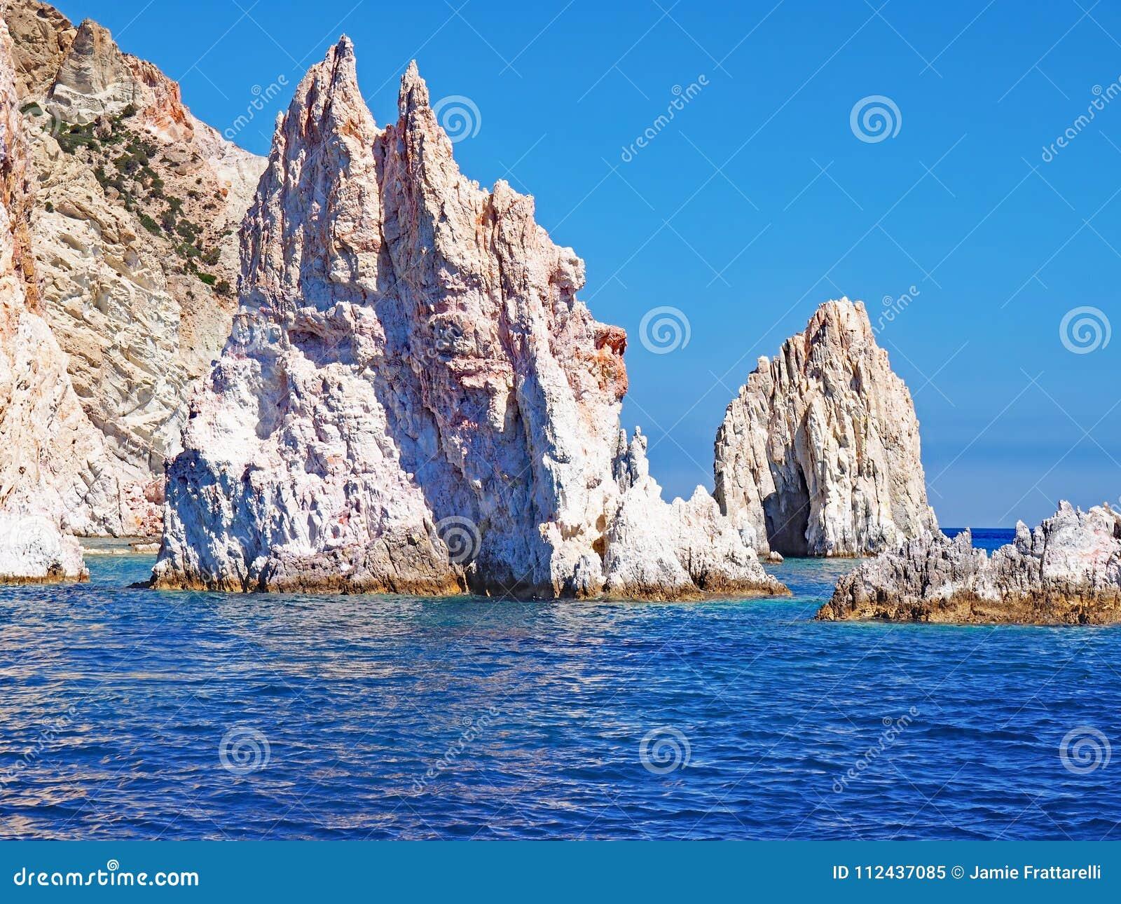 As formações de rocha de Polyaigos, uma ilha dos Cyclades gregos