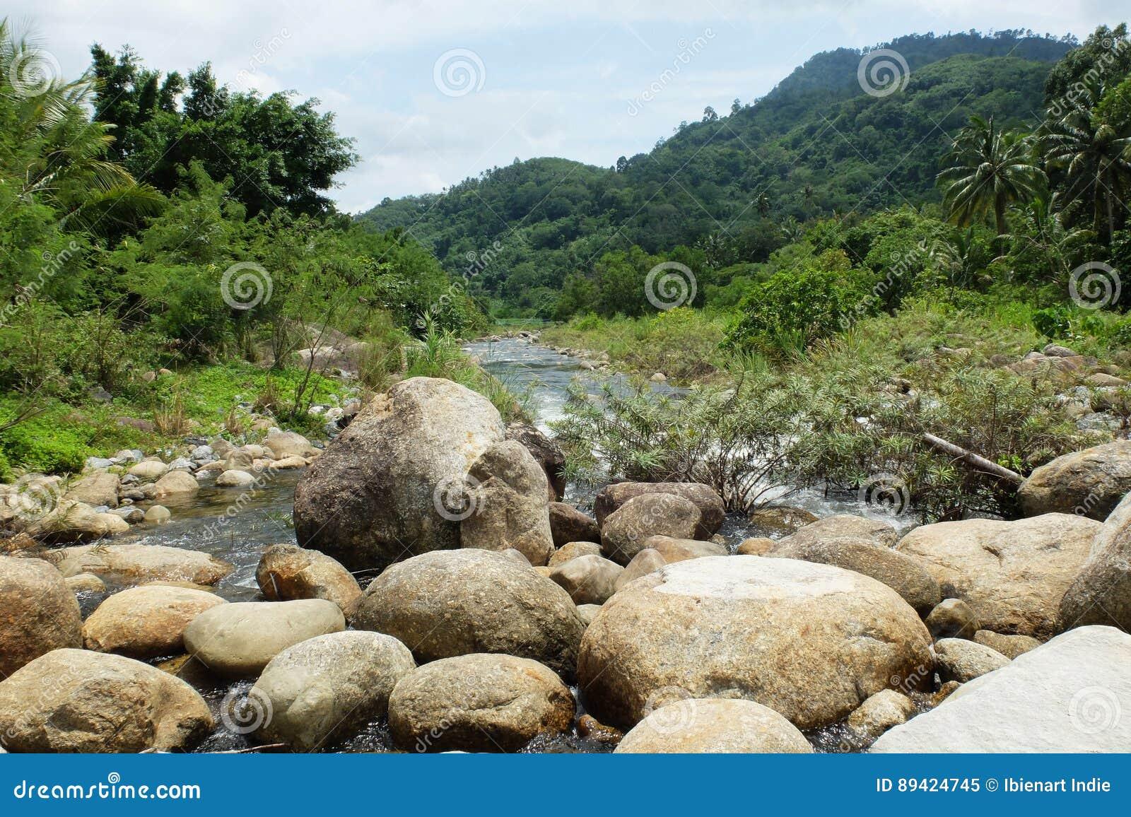 As grandes pedras no meio do rio