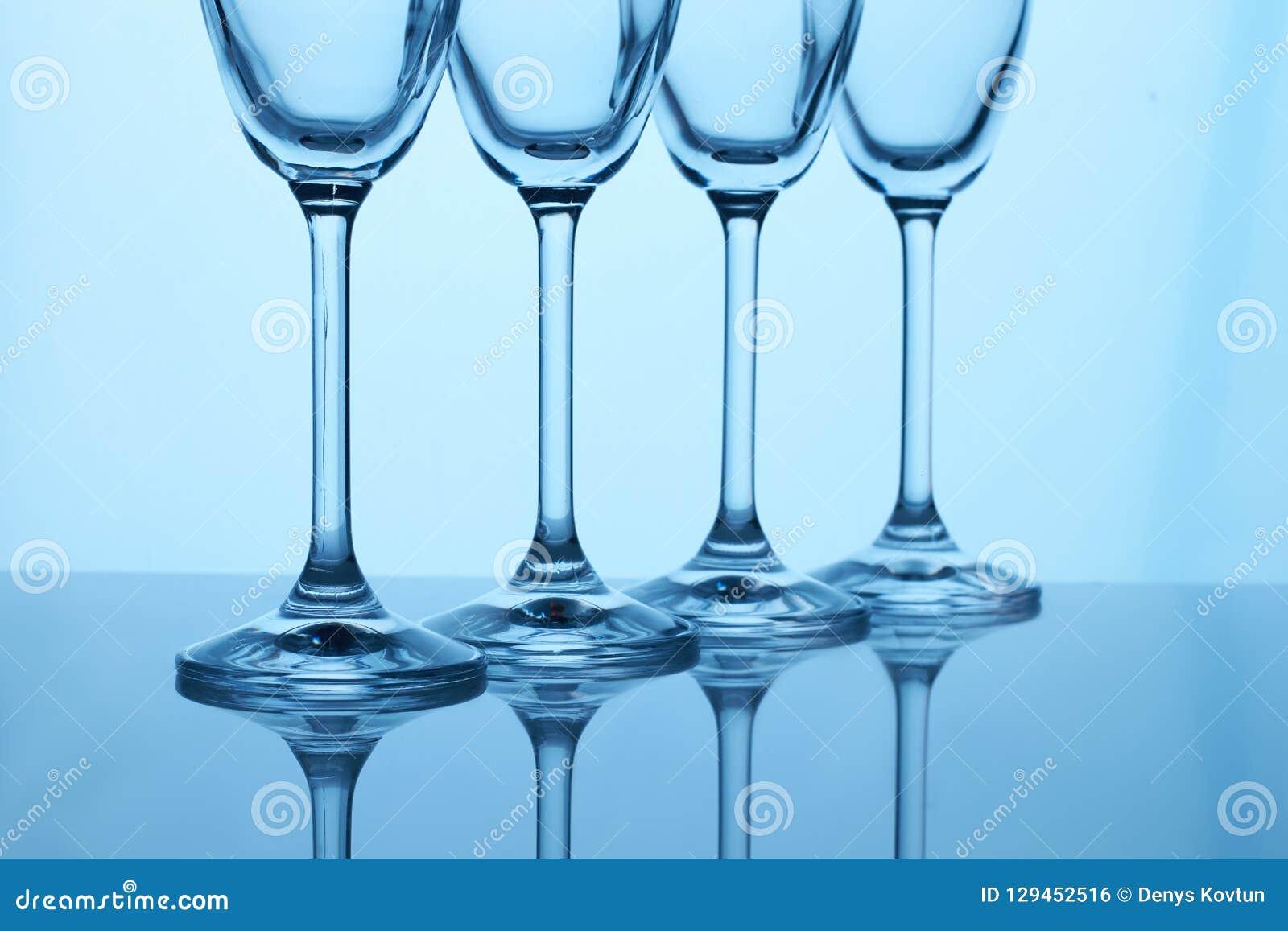 As hastes dos vidros de Champagne fecham-se acima