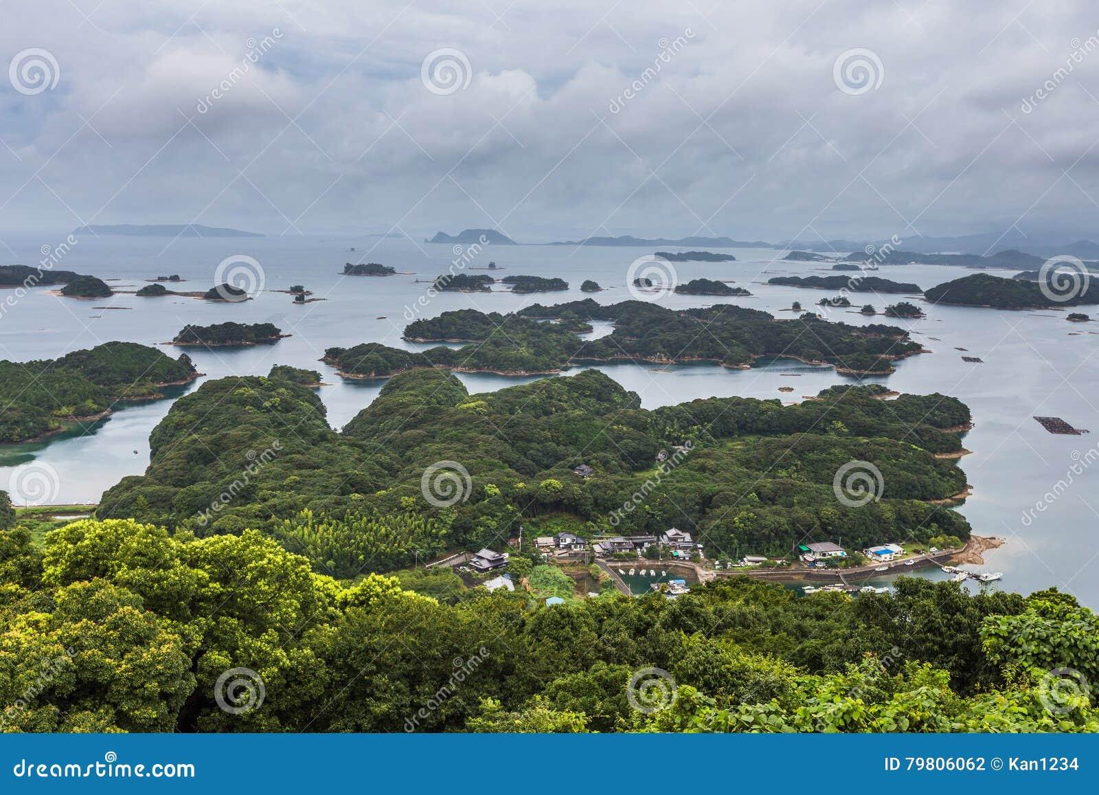 As ilhas de Kujuku negligenciam no dia nebuloso em Sasebo, Kyushu