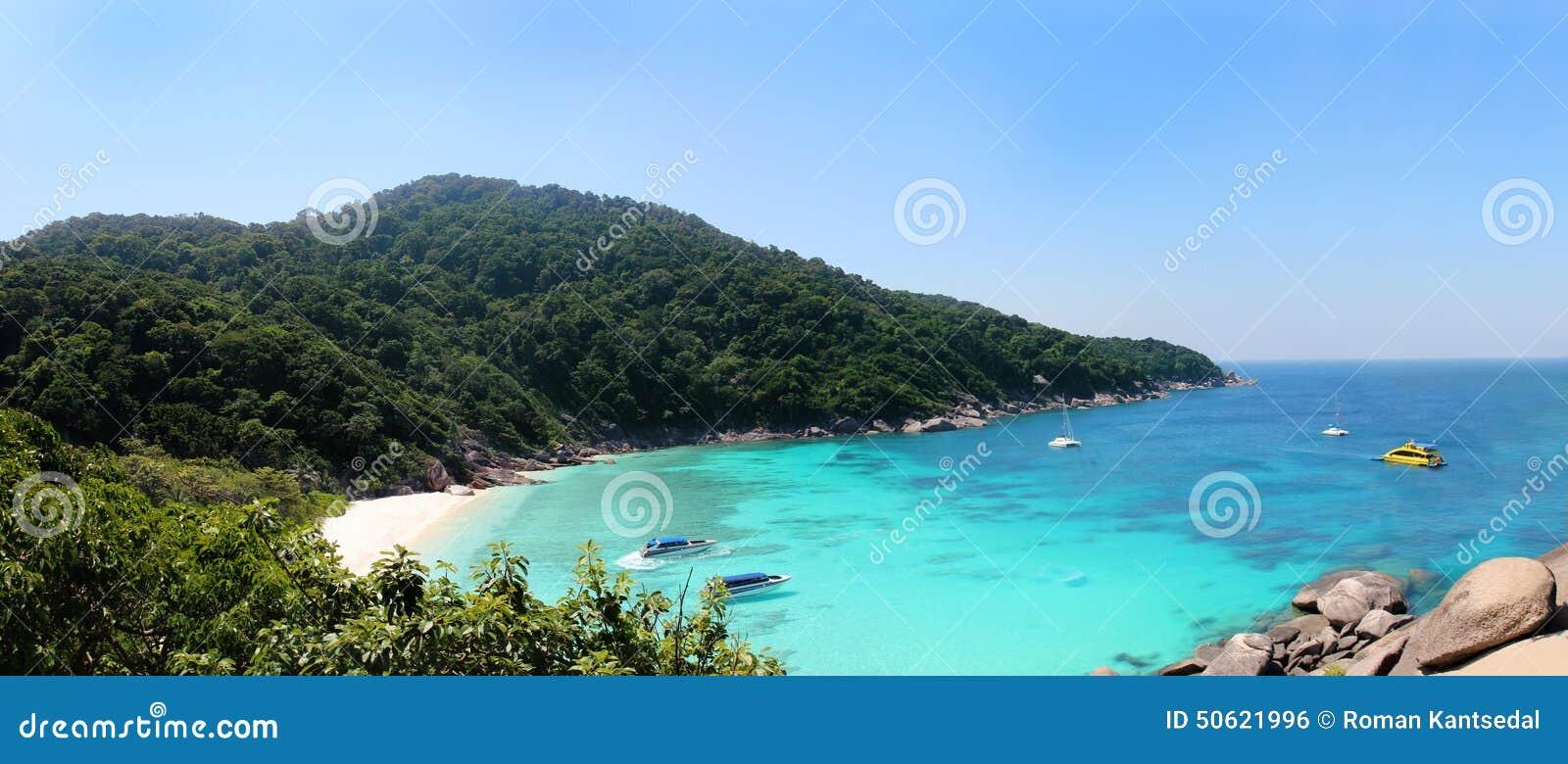 As ilhas de Similan latem - vista panorâmica de uma praia da rocha da vela, parque nacional das ilhas de Similan, mar de Andaman,