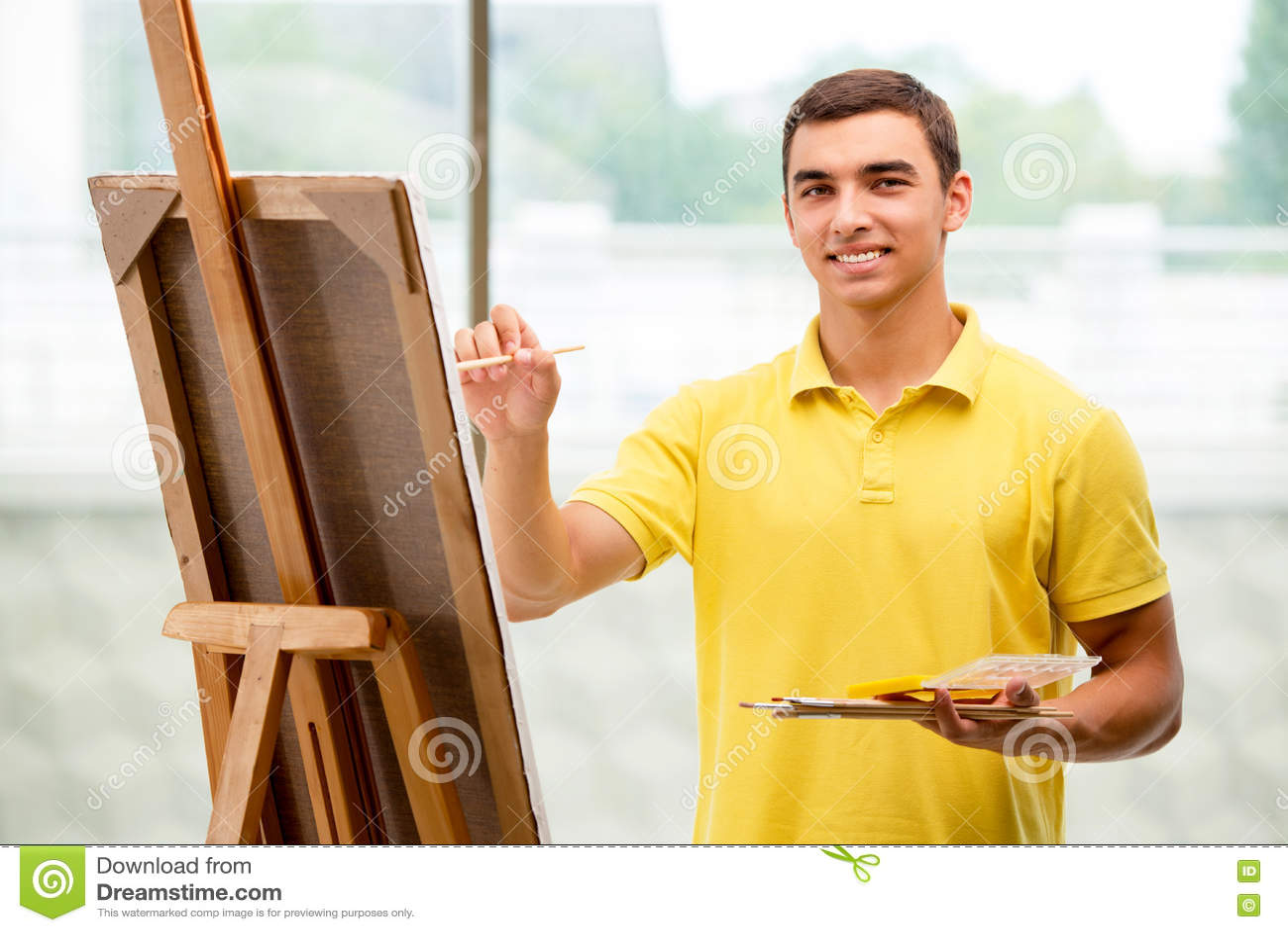 As imagens masculinas do desenho do artista dos jovens no estúdio brilhante