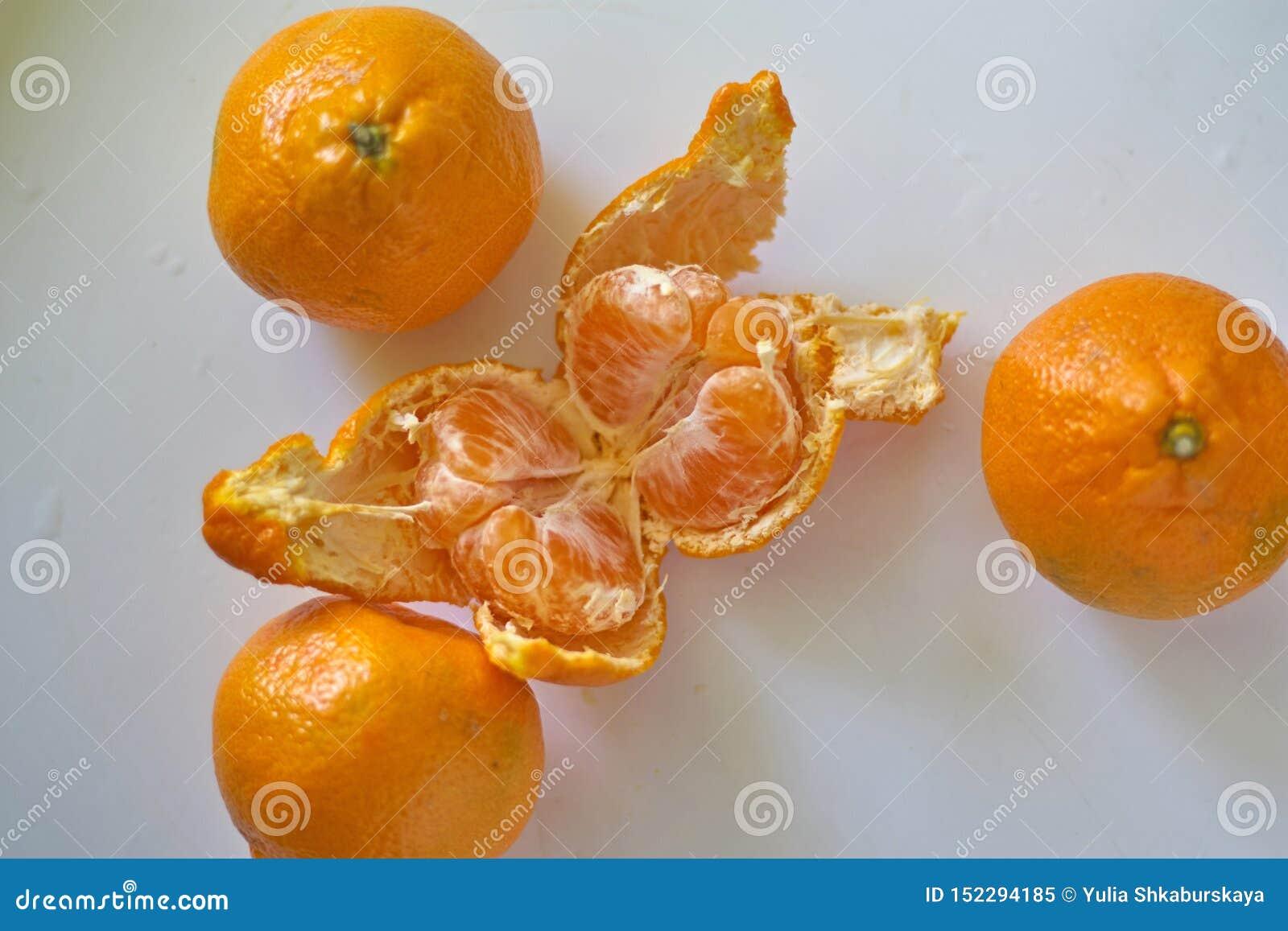 As laranjas alaranjadas encontram-se em uma tabela branca