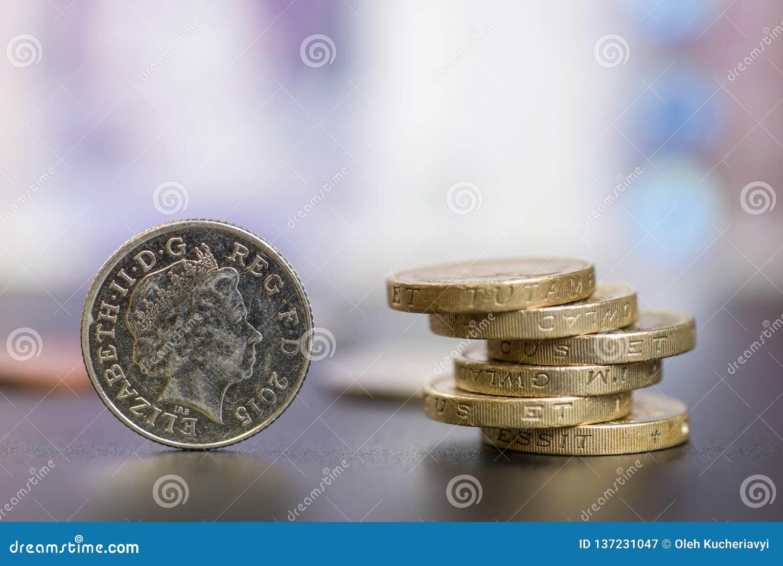 As libras das moedas são empilhadas em se