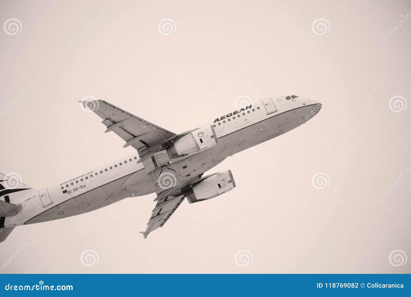 As linhas aéreas egeias aplanam o voo sobre o aeroporto de Munich, Alemanha