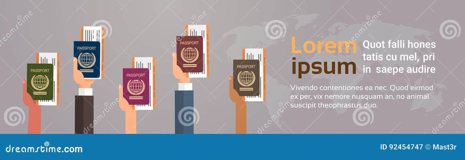 As mãos agrupam guardar o documento de viagem da passagem de embarque do bilhete do passaporte sobre o fundo do mapa do mundo