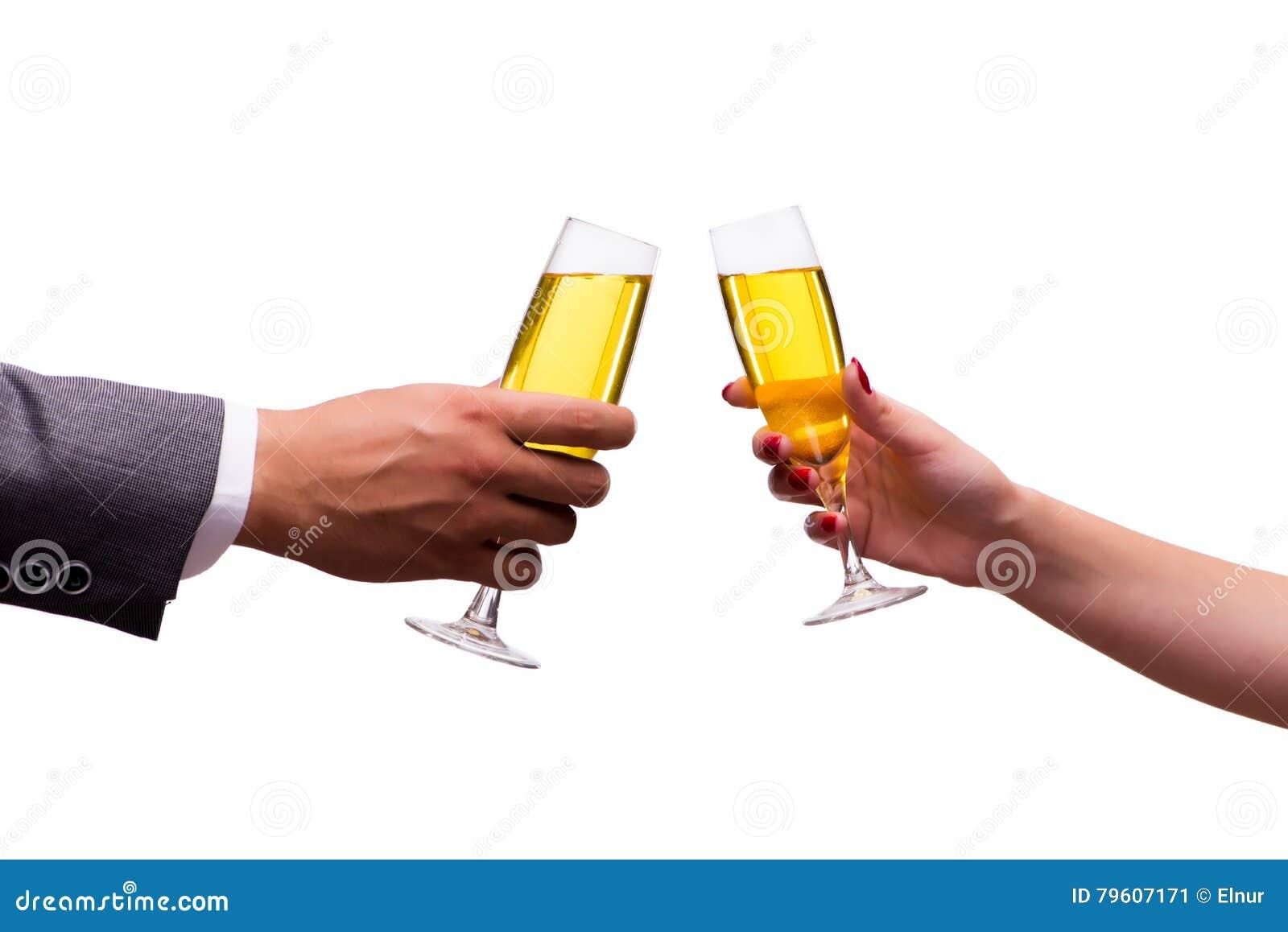 As mãos com os vidros do champanhe isolados no branco