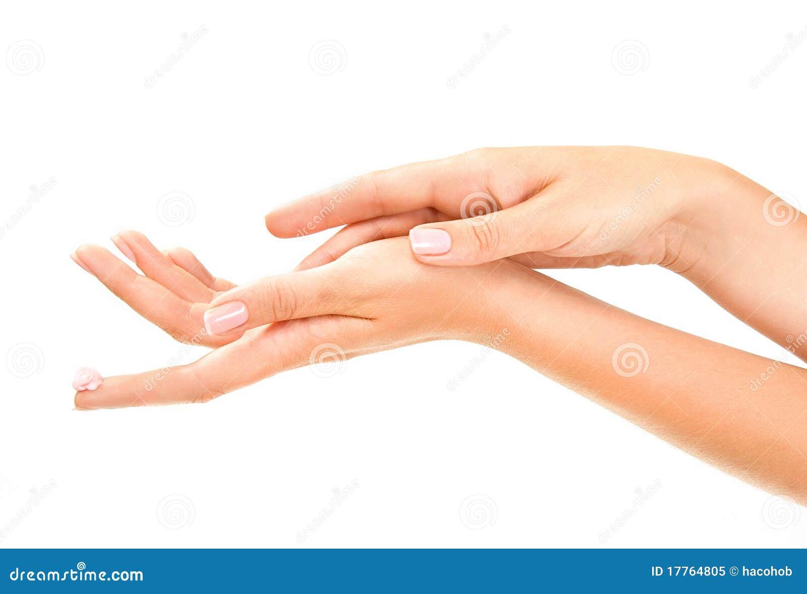 As mãos da mulher desnatam com cuidado