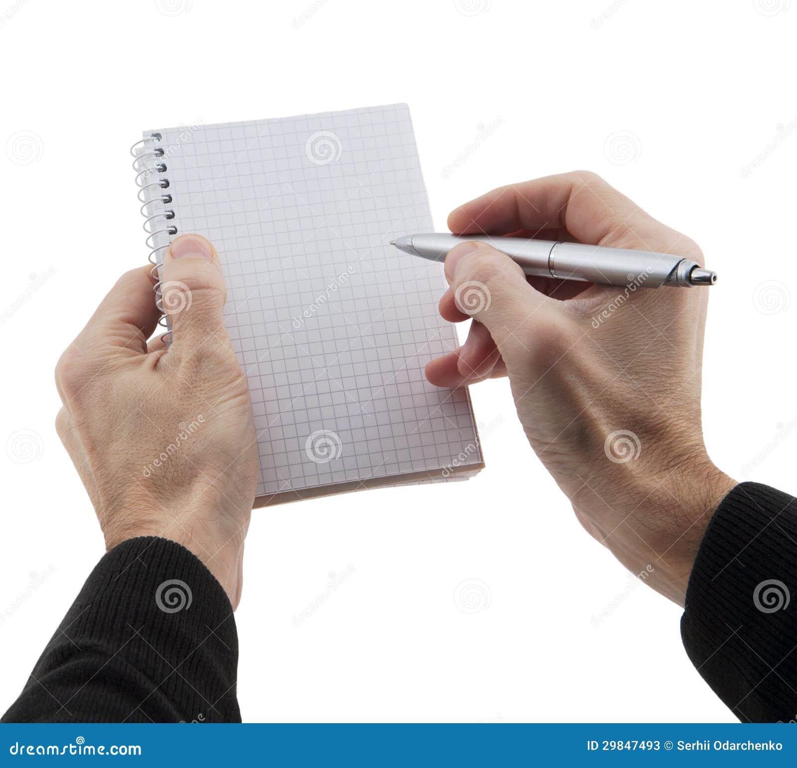 As mãos do homem que guardaram o caderno e a pena
