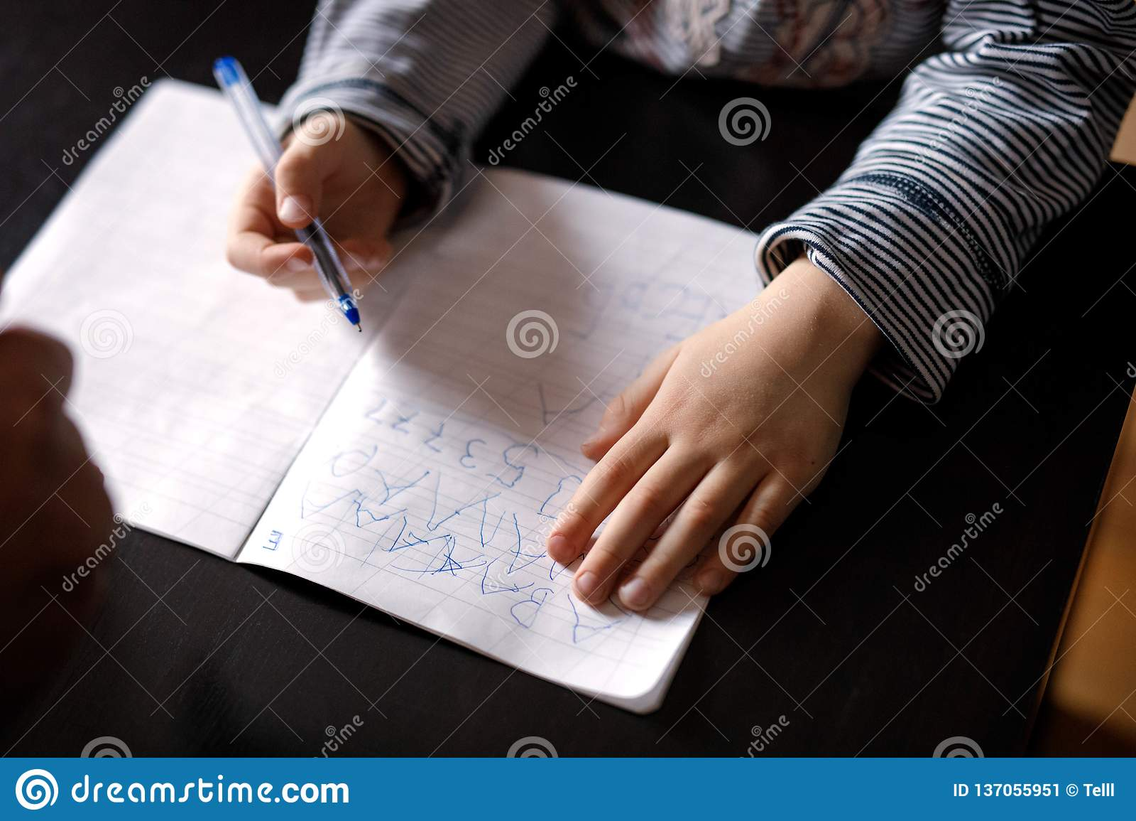 As mãos do menino durante a classe
