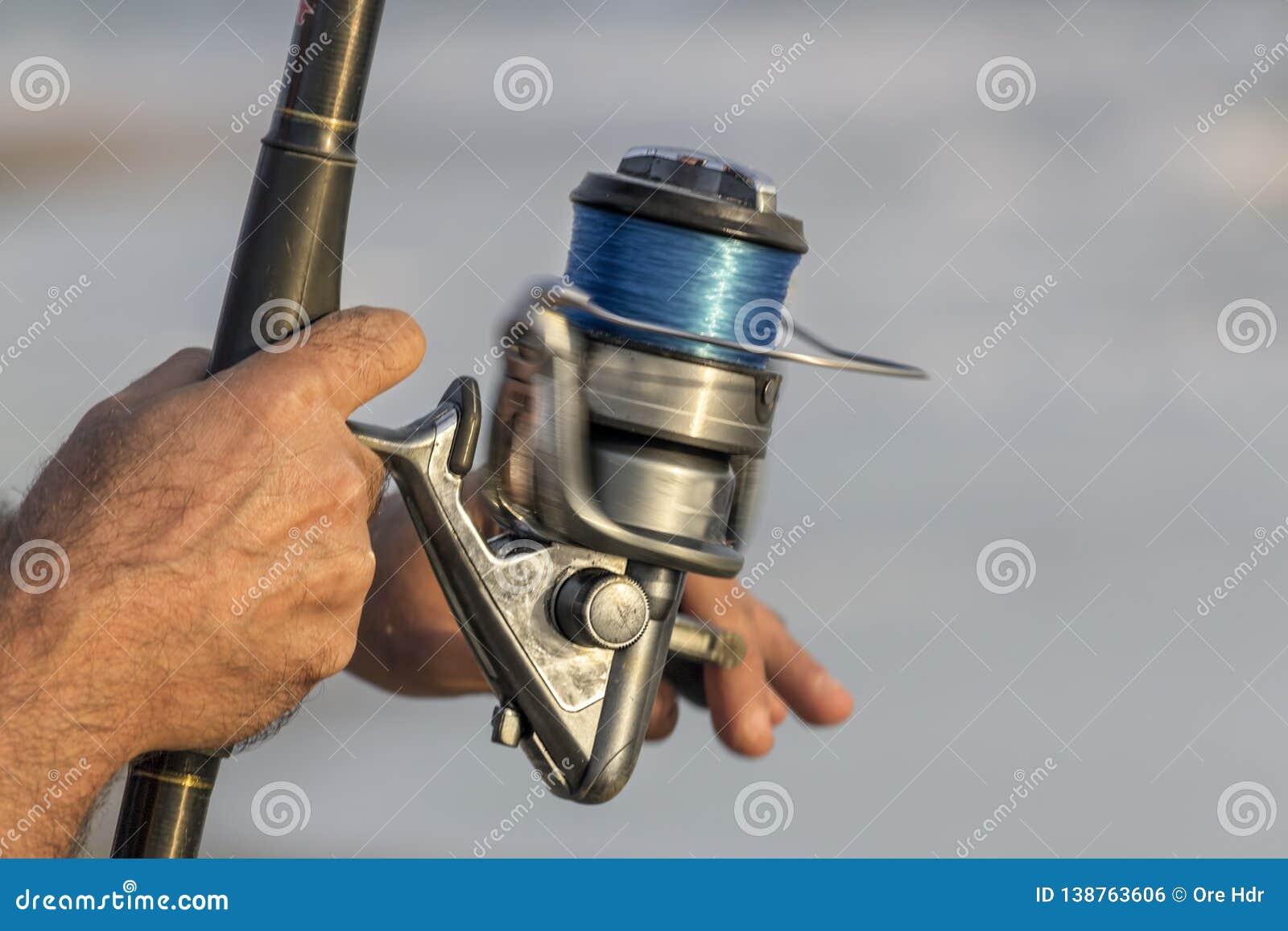 As mãos do pescador fecham-se acima