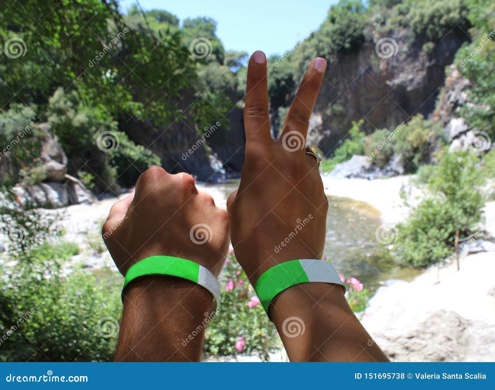 As mãos dos um par viajante novo em desfiladeiros de um rio estacionam