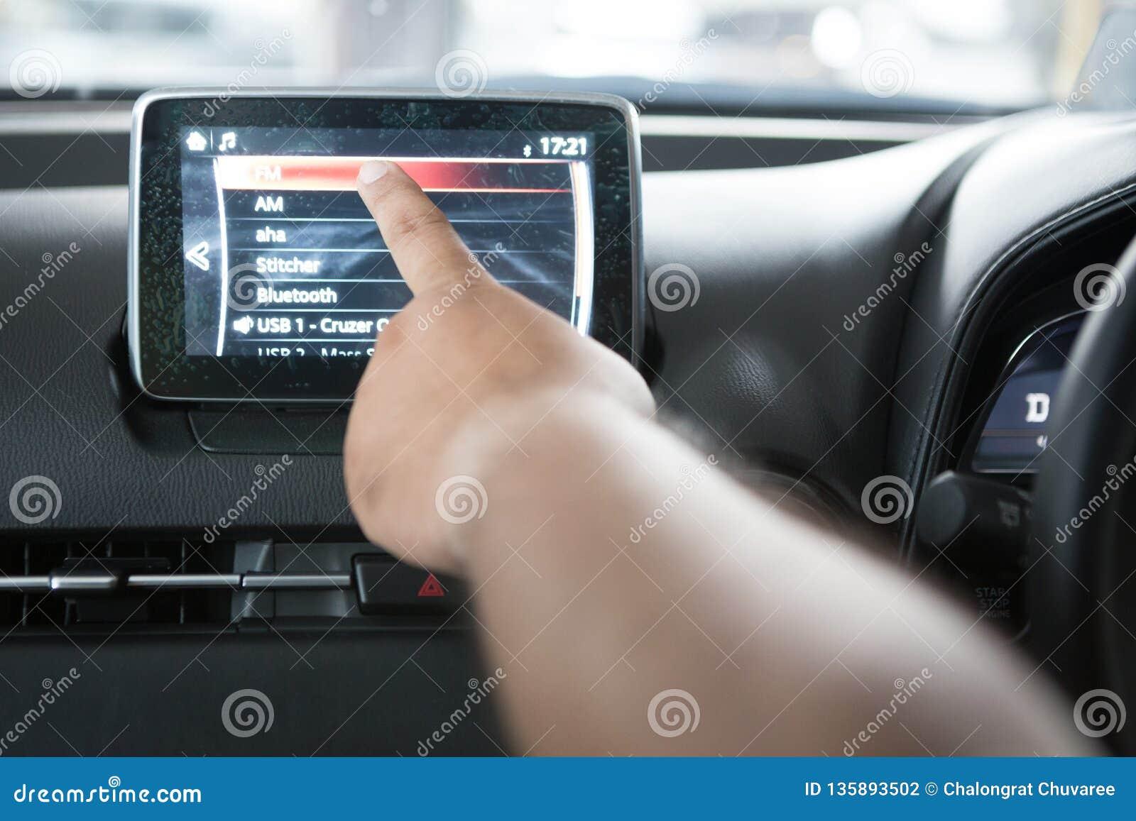 As mãos estão tocando no LCD