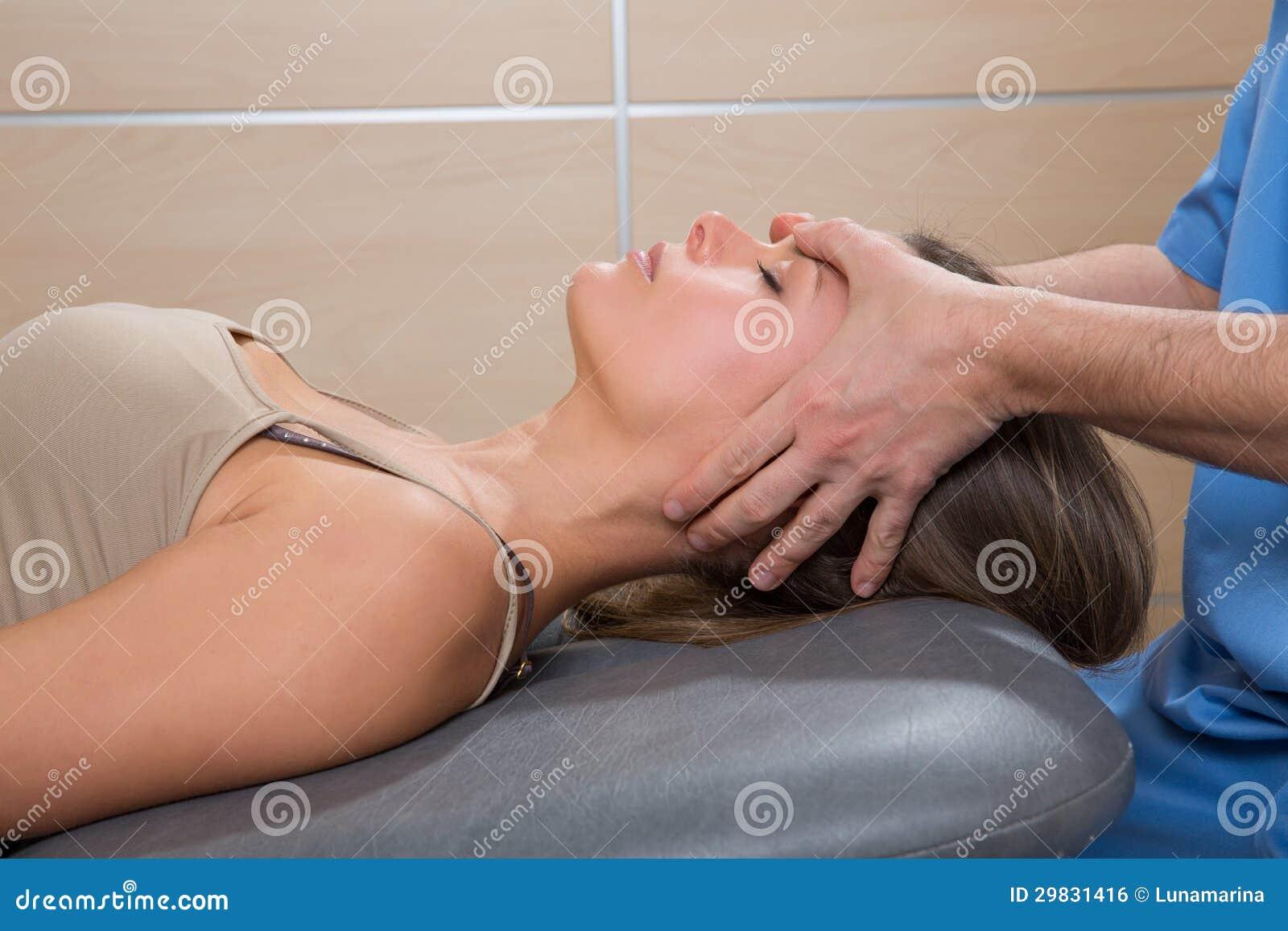 Mãos faciais do doutor do reflexology na cara da mulher