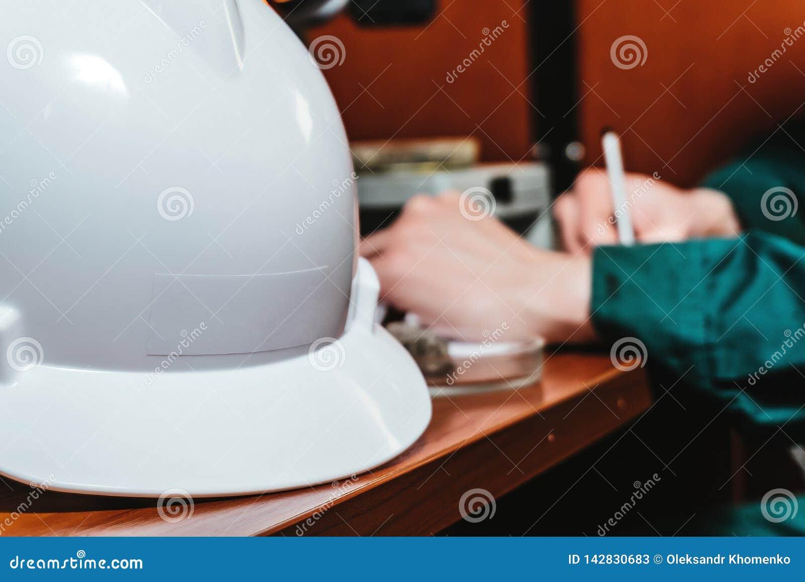 As mãos protetoras do capacete escrevem algo