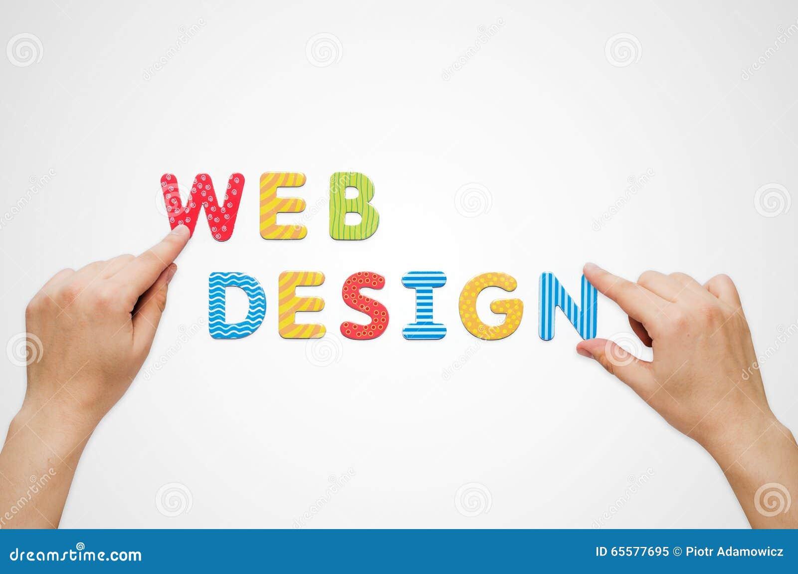 As mãos puseram o design web das palavras com letras magnéticas