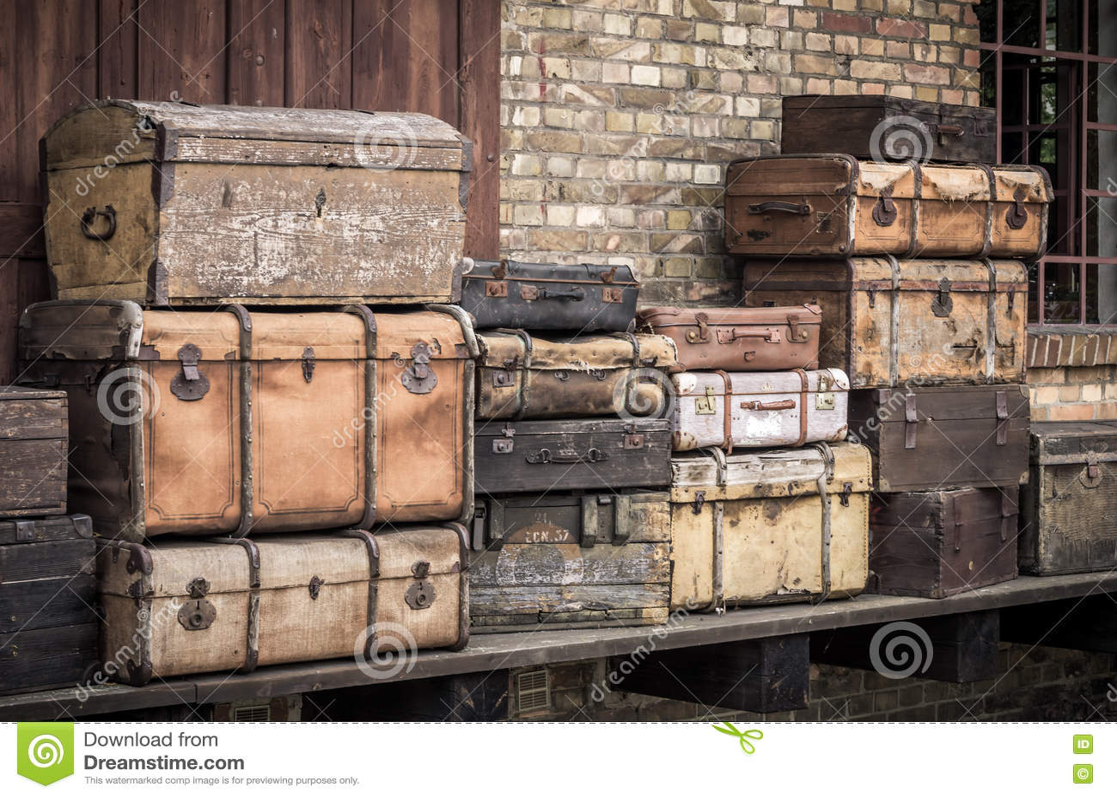As malas de viagem de couro do vintage empilharam verticalmente - Spreewald, Alemanha