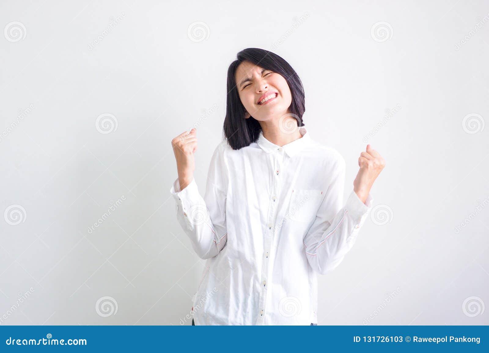 As meninas asiáticas que vestem as camisas brancas sentem boas