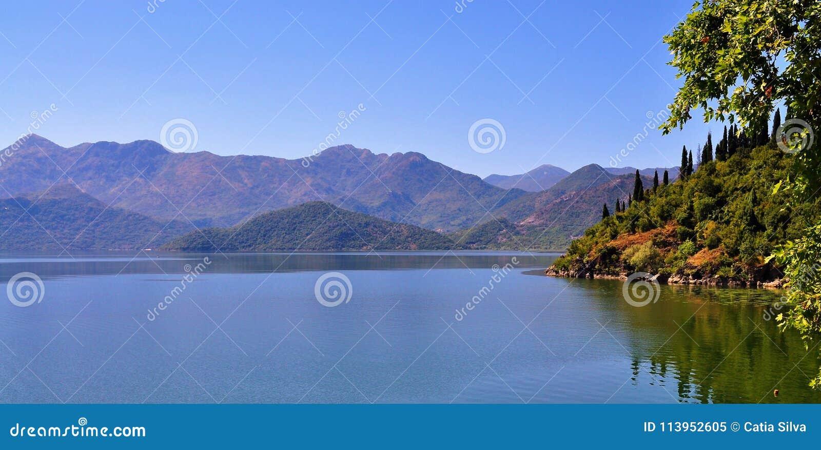 As montanhas e o lago - lago Skadar