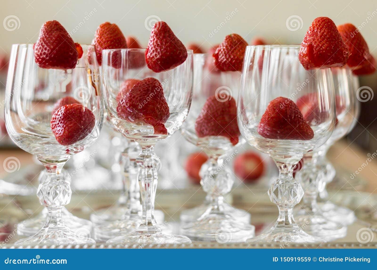 As morangos decoram cristais elegantes