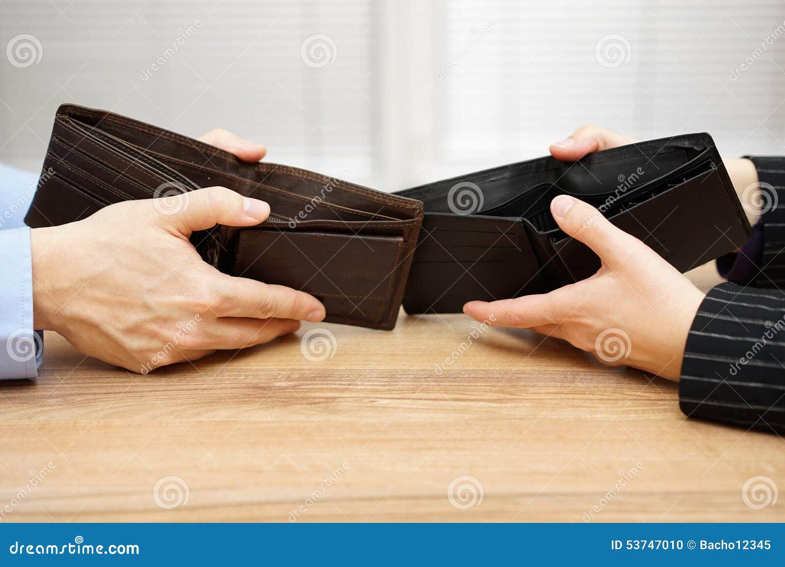As mostras do homem e da mulher esvaziam a carteira entre si