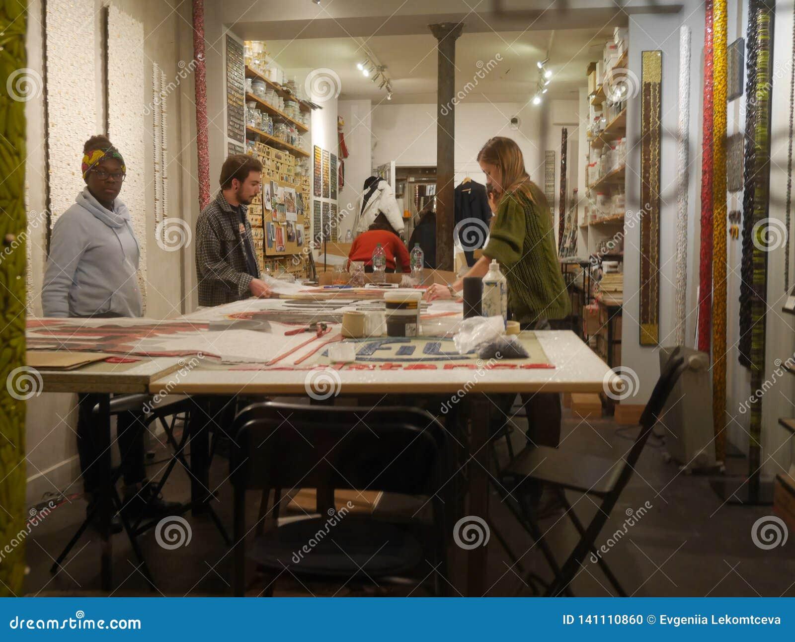 As mulheres e os homens estão na tabela e negócio fazer França, Paris, Montmartre, rua Bochart de Saron 20 10 2018