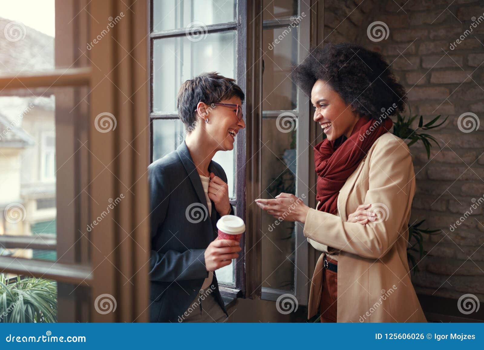 As mulheres estão falando no tempo da ruptura no escritório