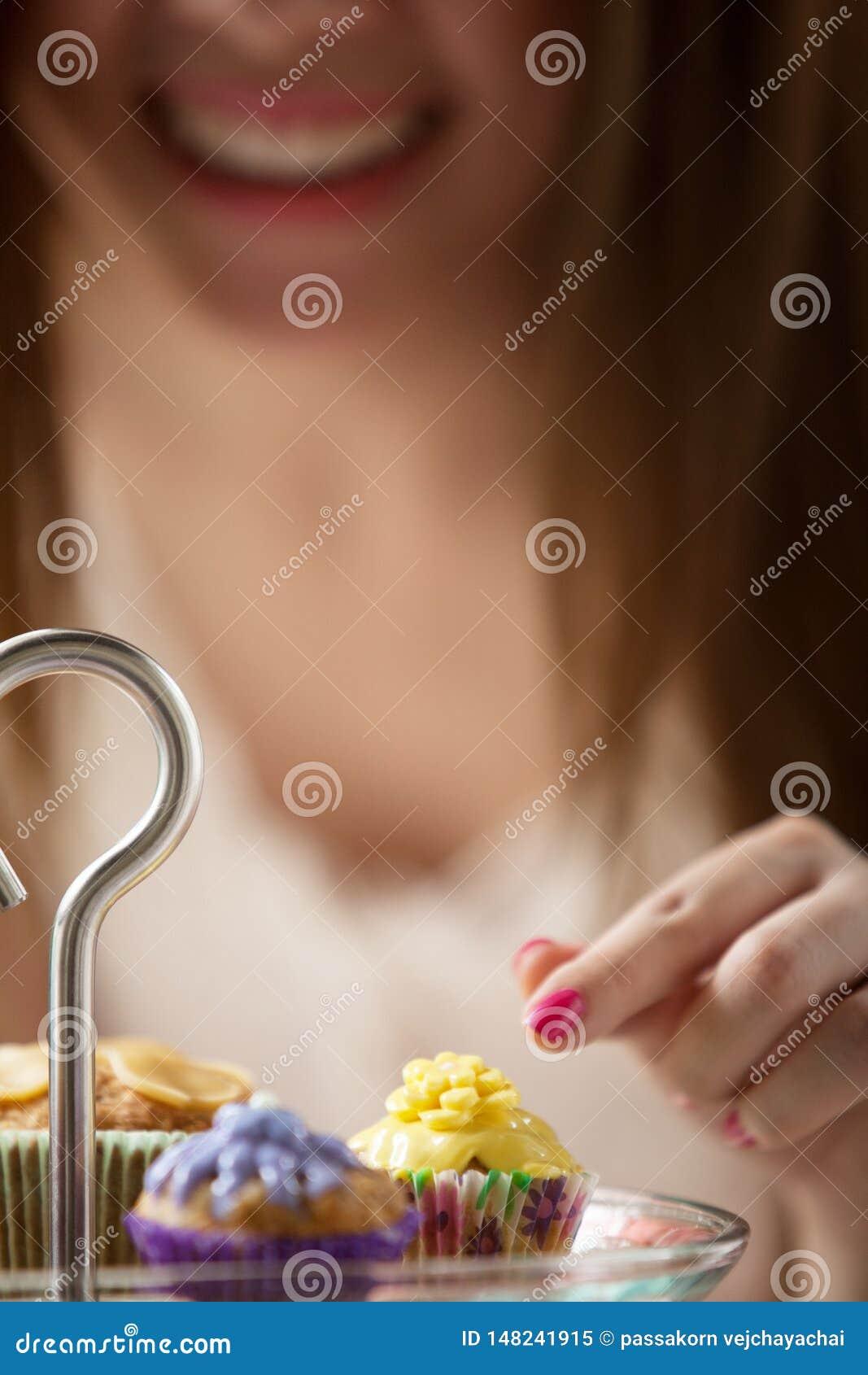 As mulheres est?o escolhendo bolos da placa