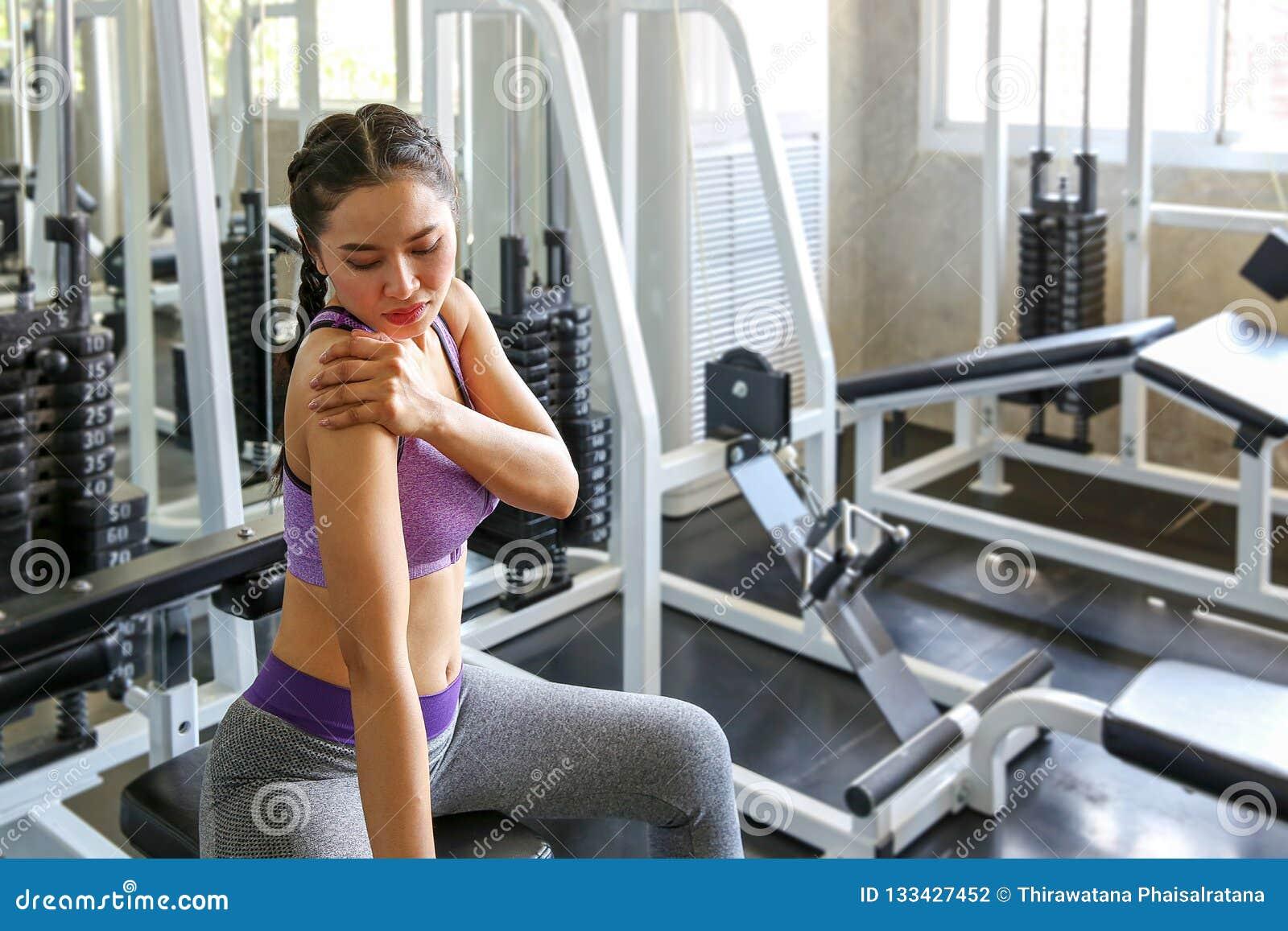As mulheres exercitam já doloroso Fêmea asiático tendo a dor nela