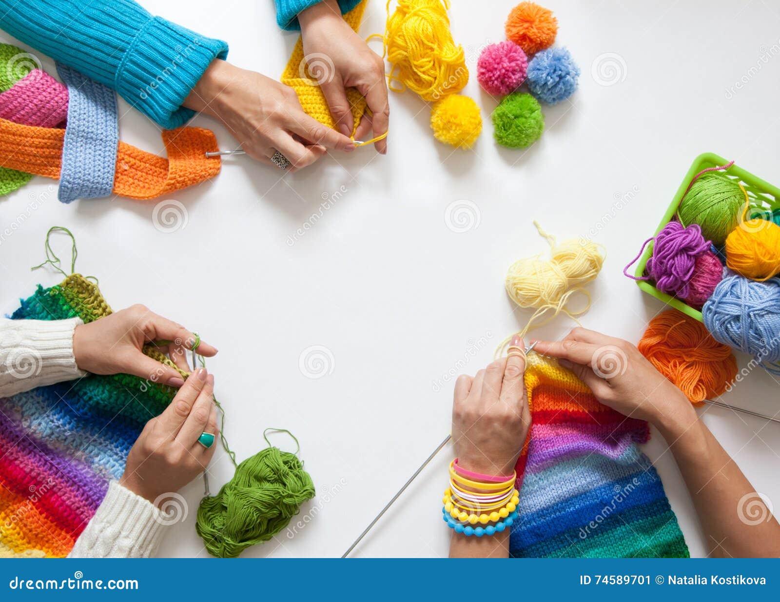 As mulheres fazem crochê e fazendo malha do fio colorido Vista de acima