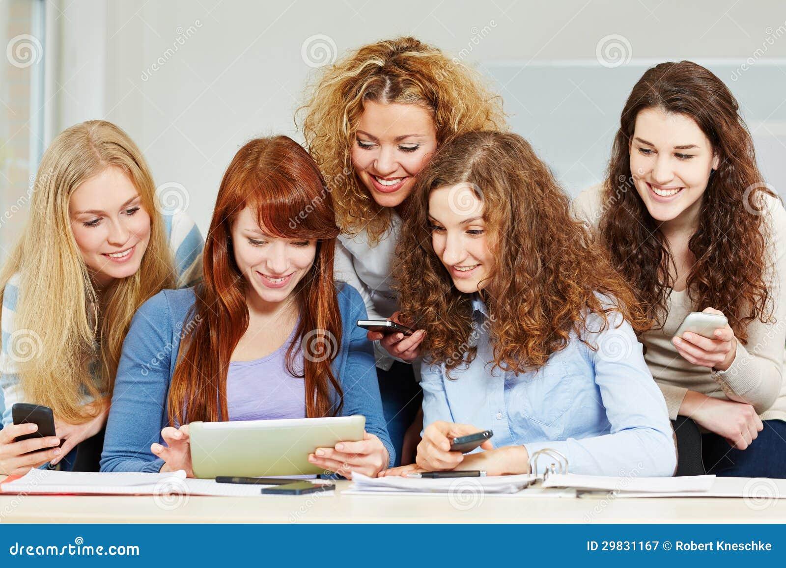 Mulheres com computador da tabuleta