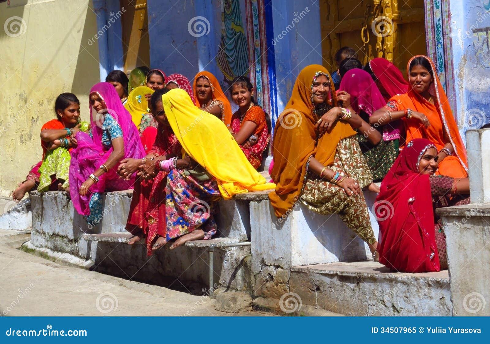 As mulheres hindu vestiram-se no sari colorido no mercado de rua indiano