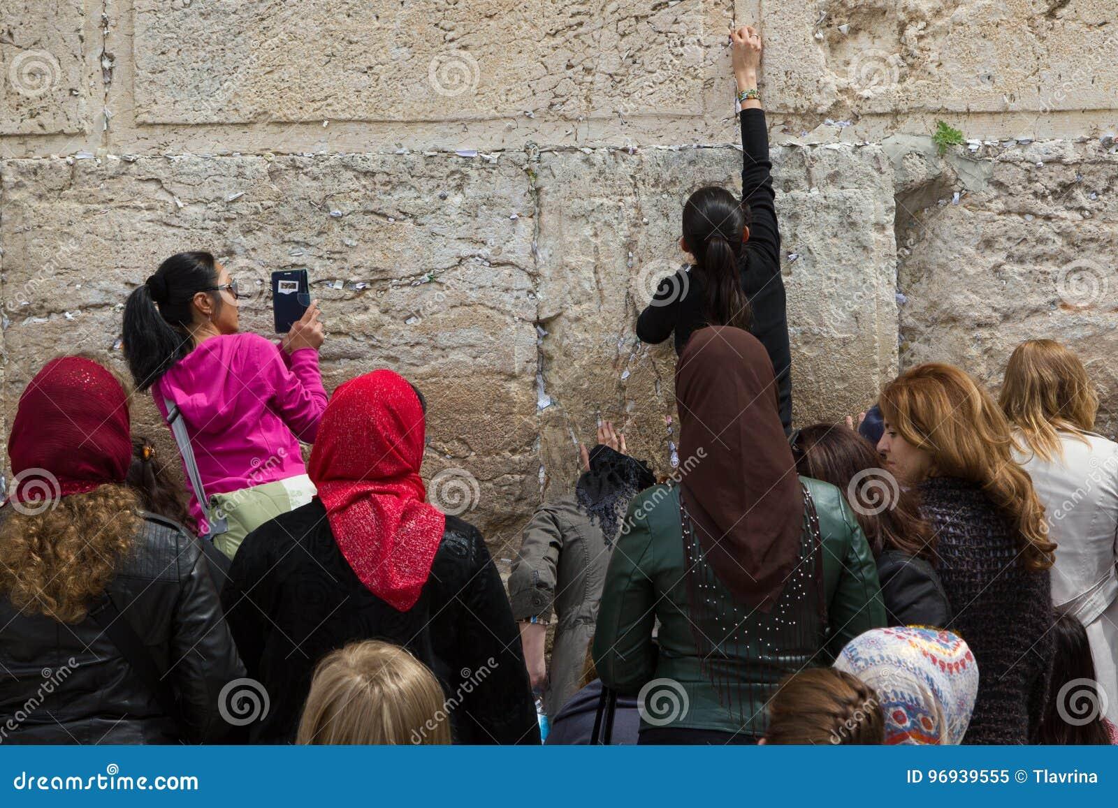 As mulheres perto da parede ocidental rezam e deixam suas notas