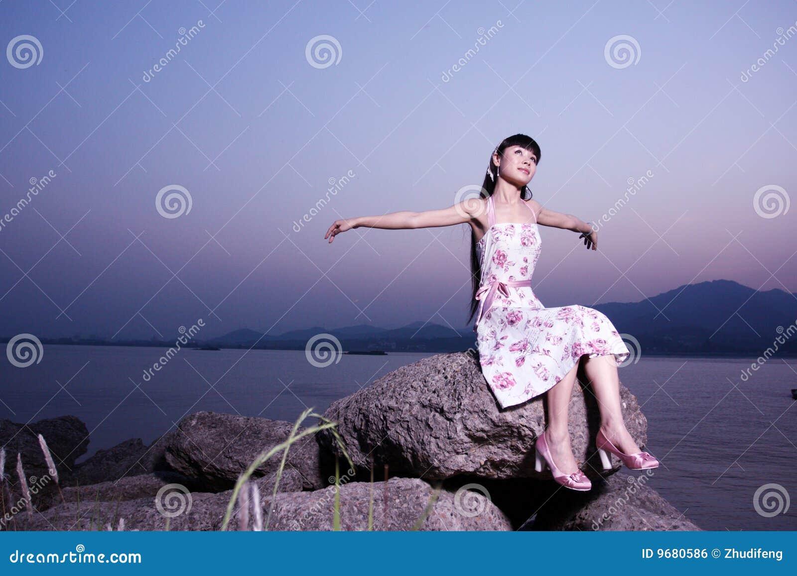 As mulheres relaxam na rocha